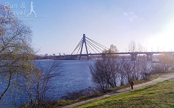 Через Московский мост можно попасть на остров Труханов и в Парк дружбы народов