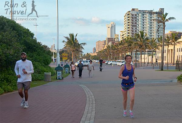 К выбору маршрутов пробежек в ЮАР стоит подходить осмотрительно. Фартлек на набережной в Дурбане.