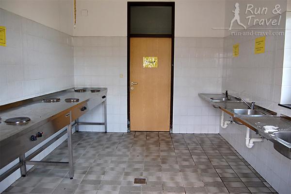 Кухня с плитками и мойками