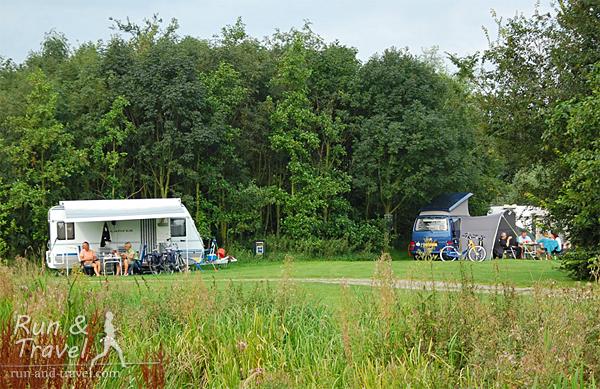 Эко-кемпинг возле Дельфта в Голландии – машины остаются на стоянке