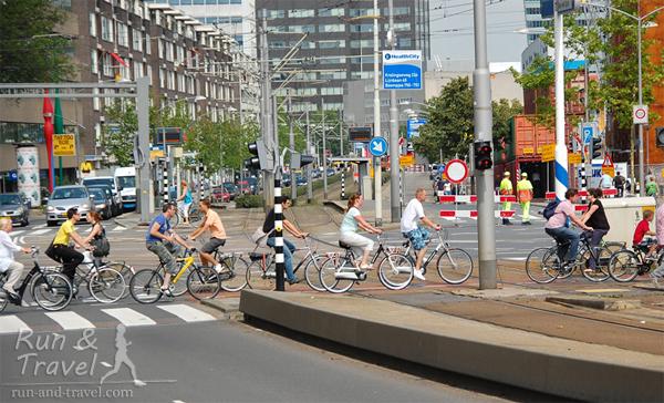 Движняк на велосипедном переходе в Роттердаме