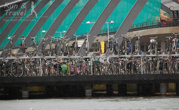 Двухэтажный велопаркинг в Амстердаме