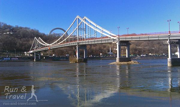 Вид на Парковый мост и Арку дружбы народов с Труханова