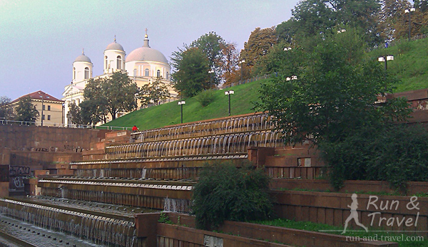 Фонтан возле Украинского дома (бывшего музея Ленина) и церковь на Трехсвятительской