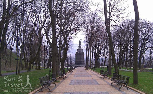 Памятник расположен на средней террасе парка