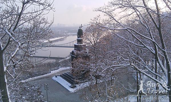 Вид традиционный туристический – Владимир смотрит на Днепр и Парковый мост