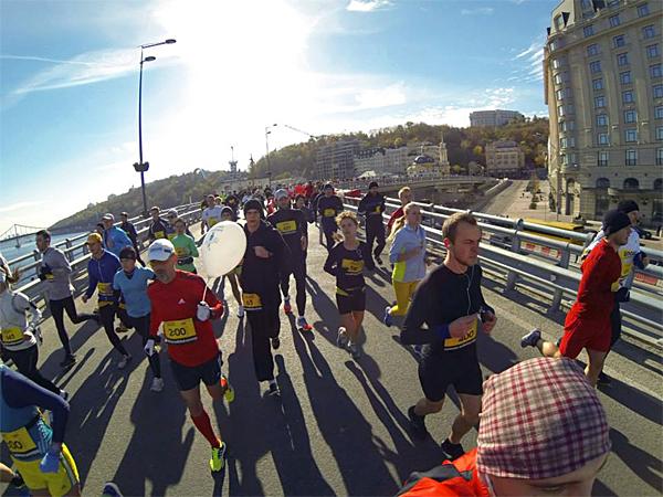 На первом километре, человек с шариком – пейсмейкер на 2 часа, за ним видно меня. Фото из интернета