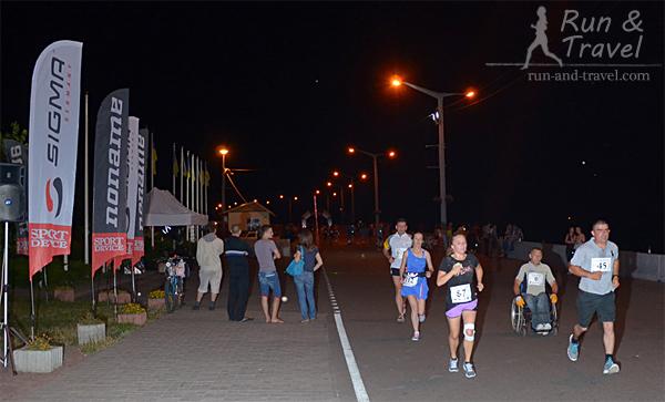 Бежится хорошо, местные жители прогуливаются с пивом и смотрят на бегающих психов