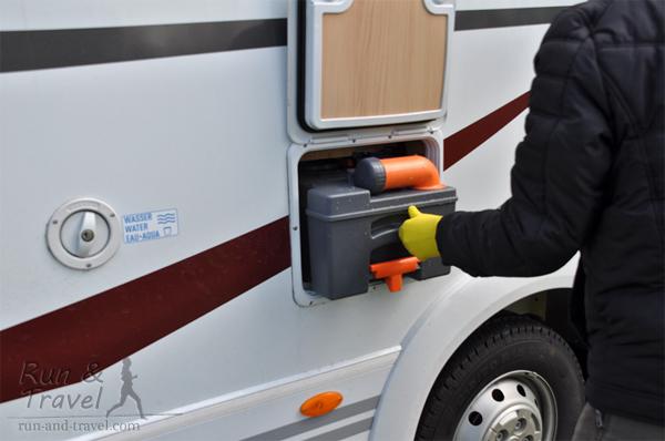 Вот такой чемоданчик (даже выдвижная ручка и колесики имеются для удобства транспортировки), который устанавливается в специальный отсек