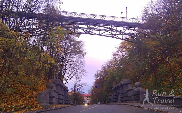 Вид с Парковой аллеи на мост влюбленных