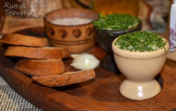 То самое блюдо: сало, перетертое с чесночком и зеленью, да со свежим черным хлебом…