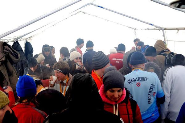 На трассе поили горячим чаем, была палатка с обогревателями, где тоже можно было попить чаю с печеньем и переодеться после забега