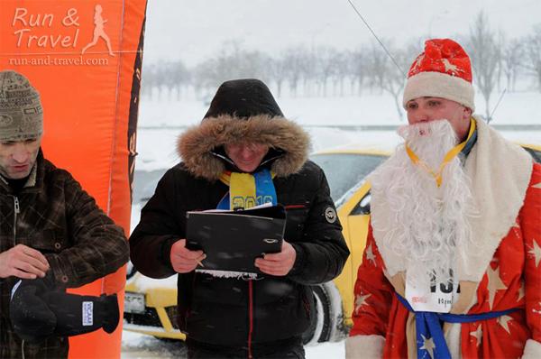 Дед Морозу в тулупе и с бородой бежалось не особо удобно