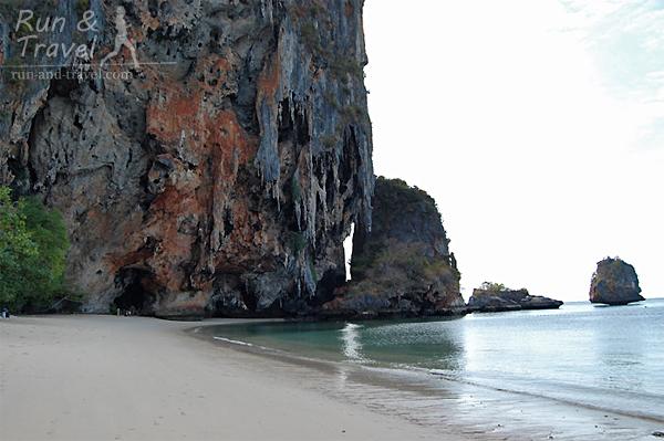 Если попасть на Pranang Beach ранним утром, то картина совсем другая