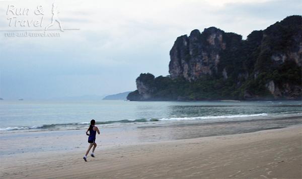 По плотному после отлива песку бежится хорошо