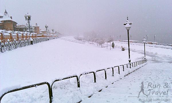 Видно, что снега много, но есть почищенные дорожки