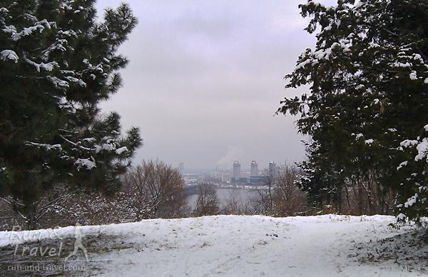 Видно высотки на левом берегу