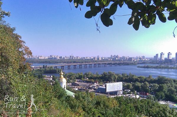 Видно мост Патона