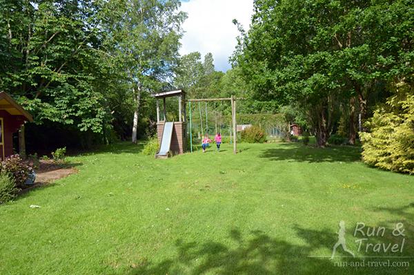 Сад с детской площадкой, отдельно есть летняя площадка с барбекю