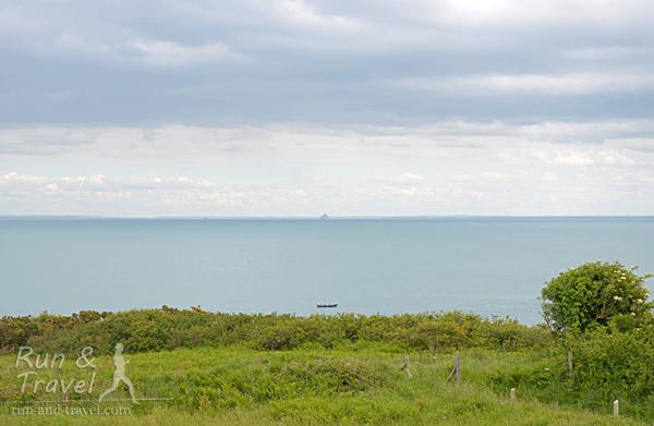 Примерно так он выглядит с расстояния в 40+ километров – маааленькая пимпочка посередине на горизонте