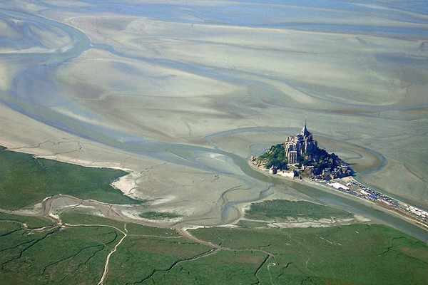 Вид сверху в отлив, вокруг – зыбучие пески. Фото: с официального сайта марафона