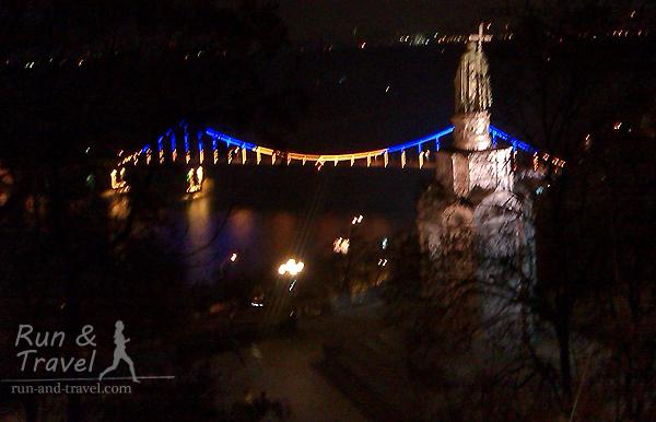 В компании с Владимиром смотрим на Парковый мост