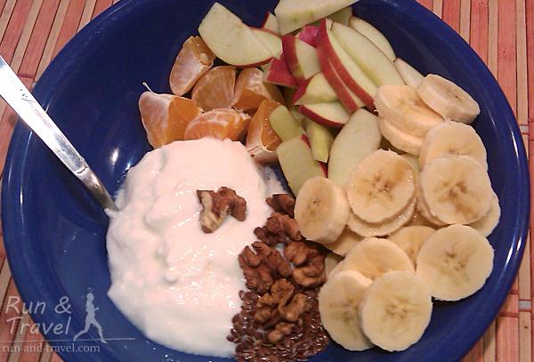 Один из любимых вариантов завтрака: домашний йогурт + фрукты + орехи-семечки