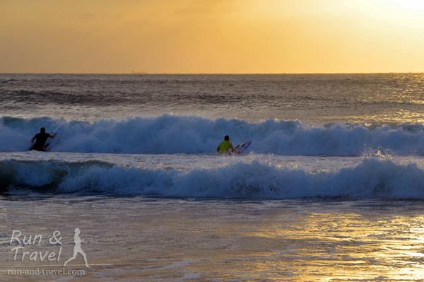 Серфингисты ловят волну на рассвете