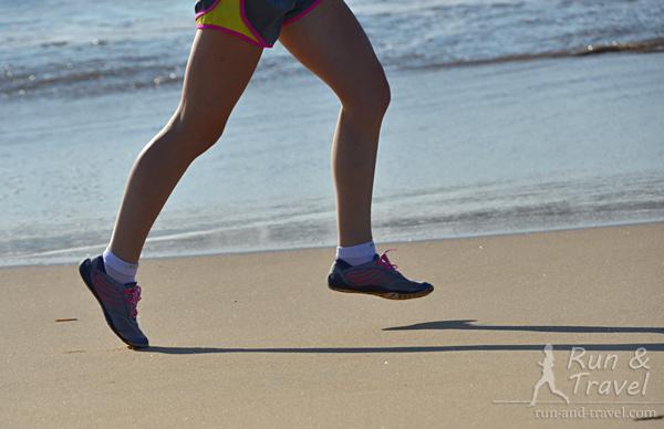 В минималистической обуви плоская подошва: перепад между носком и пяткой отсутствует либо минимален (до 4 мм)