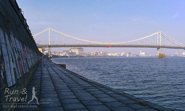 Нижний уровень набережной. Видно Парковый мост и Подол