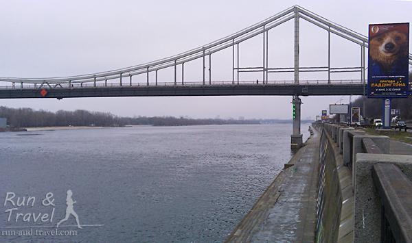 Набережное шоссе: тротуар и нижний уровень вдоль воды. Видно Парковый мост