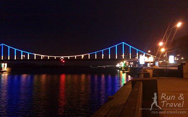 В темное время суток мост красиво подсвечивается