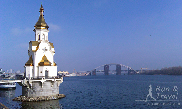 Храм на воде в хорошую погоду. Видно Подольский мостовой переход