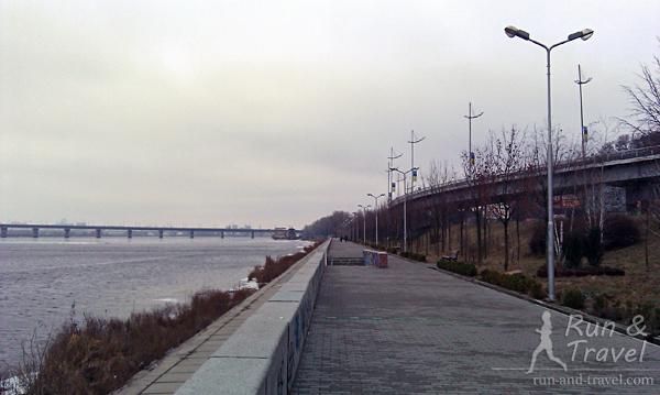 Начало Наводницкого парка, видно мост Патона