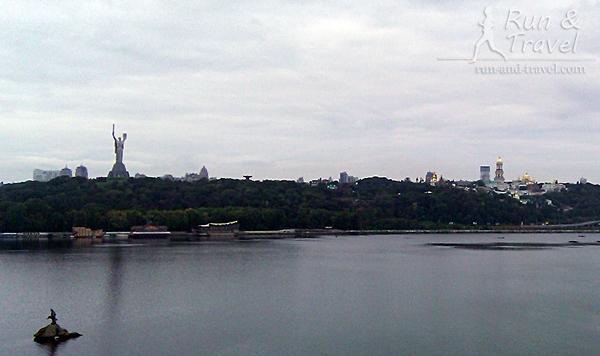Пасмурный вид на правый берег с моста Патона и Редкая птица