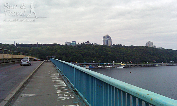 На мосту Метро, видно склоны правого берега
