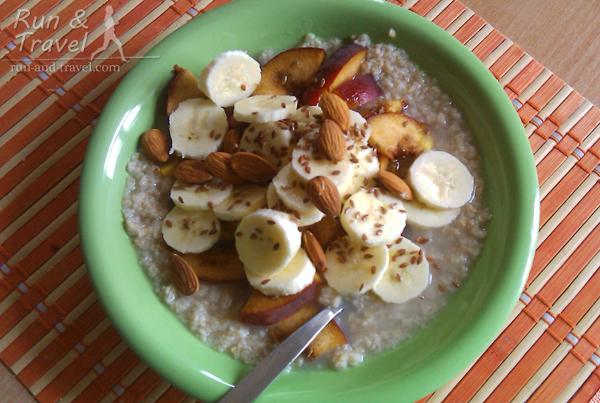Мой вариант: овсянка на воде с бананом, курагой и орехами за 2.5 часа до старта. Примерно так, но без персика
