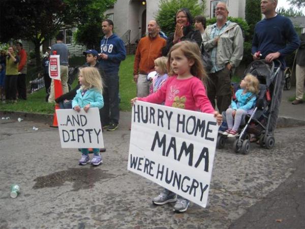 Мама, поторопись, мы голодные! И грязные! Правда жизни
