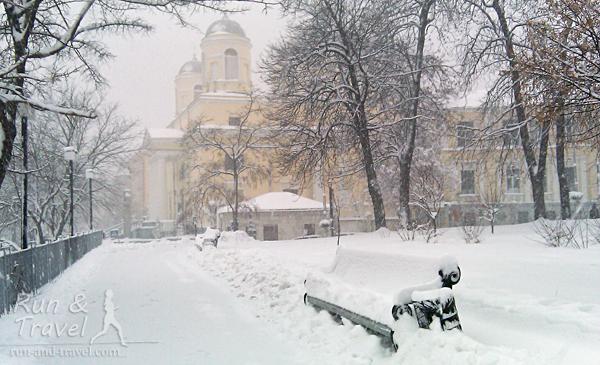 Видно Александровский костел на пересечении Костельной и Трехсвятительской