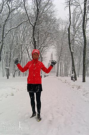 Обалдевший от окружающих красот бегун на фоне памятника Владимиру
