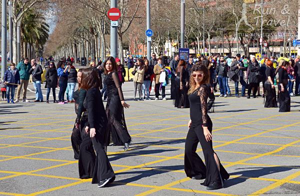 Девушки изображают что-то вроде восточных танцев