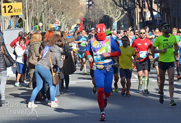 Бегуны и болельщики на 12-м километре