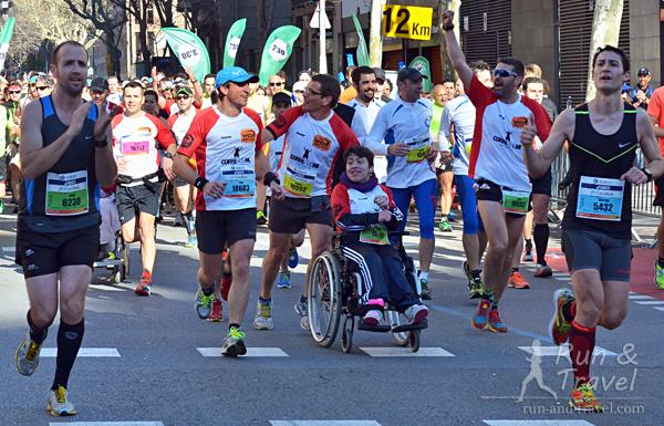 Целый клуб участников с инвалидами-колясочниками, их все очень поддерживали