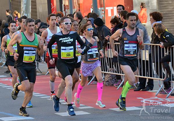 С черными номерами элита, с желтыми – любители, бегущие из 3-х. Девушка-испанка победила в возрастной W35 с результатом 2:44
