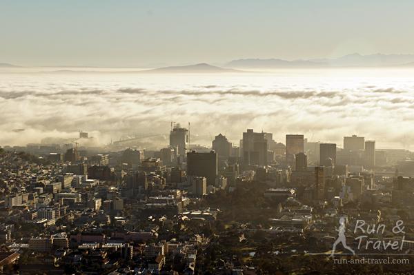 Утро, океан полностью под туманом, зрелище сказочное
