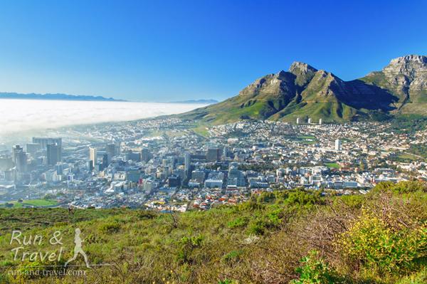 Утренний туман с океана наползает на город