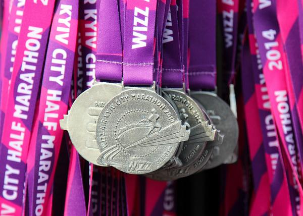 Медали у полумарафонцев и марафонцев были одинаковые