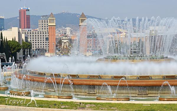 Волшебный фонтан возле площади Испании, где начинается подъем на холм