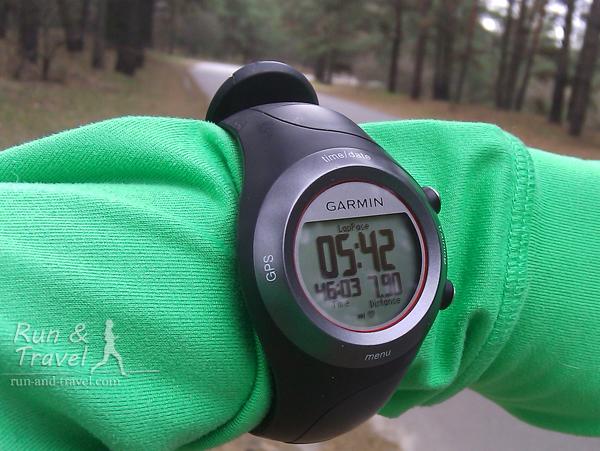 У меня обычно выставлено 3 параметра: средний темп на текущем километре (крупные цифры), время и дистанция