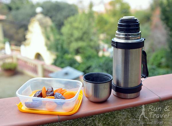 Мини-перекус финиками и курагой с чаем